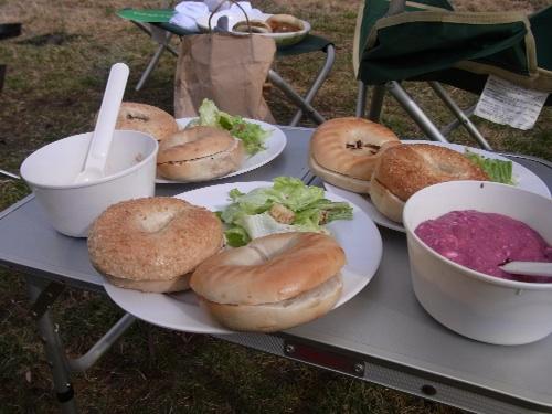 ベーグルにブルーベリージャムとクリームチーズ