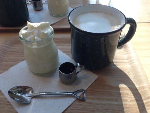 横浜みなとみらいのMark Is(マークイズ)にあるキャンプコーヒー(camp coffece)カフェオレとプリン