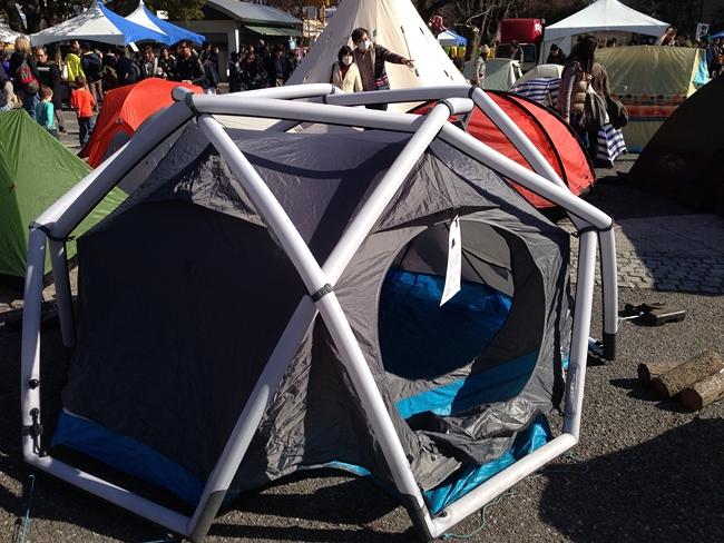 空気で膨らますテント